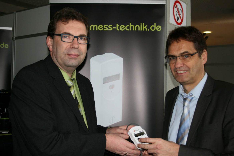 """Peter Liese, hier im Gespräch mit Olaf Rappold von der Firma """"rapp mess technik"""" bei der Mescheder BauLokal-Ausstellung, setzt sich seit Jahren für Energieeffizienz ein."""