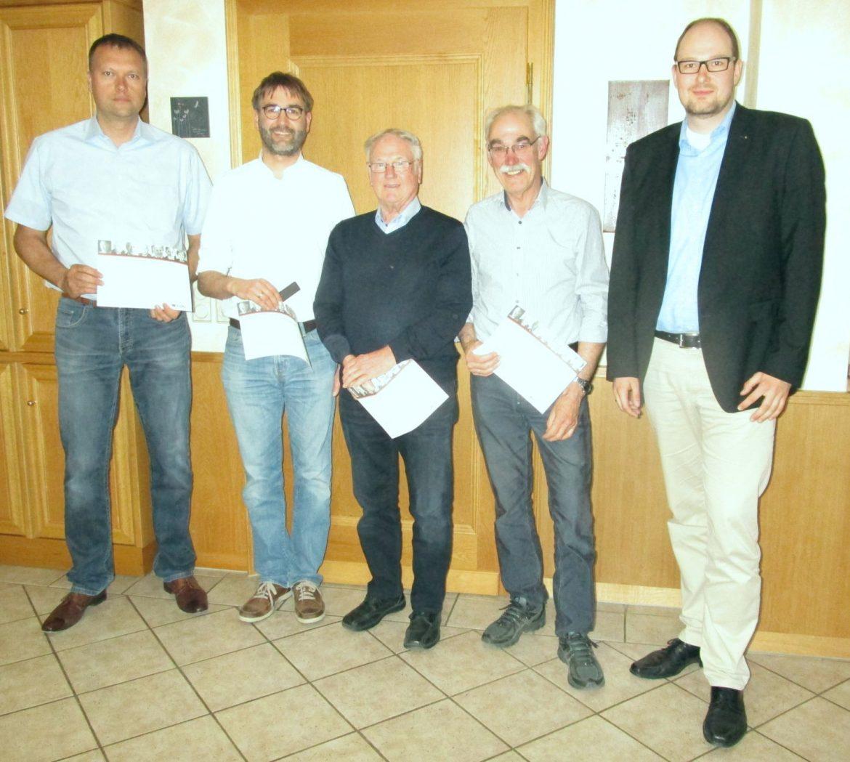 homas Hengesbach, Dr. Frank Kintrup, Friedel Voss, und Paul Noeke bei der Ehrung für langjährige Mitgliedschaft durch CDU Fraktionsvorsitzenden Marcel Spork